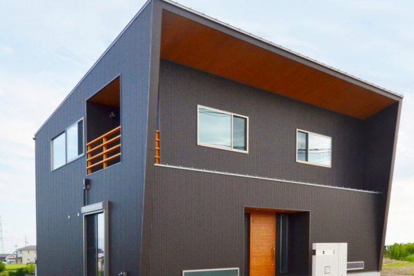 стильный-коричневыфй-дом-со-смещенной-крышей